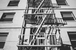 『非常階段』 世にも奇妙な都市伝説【短編・オカルト・怖い話】