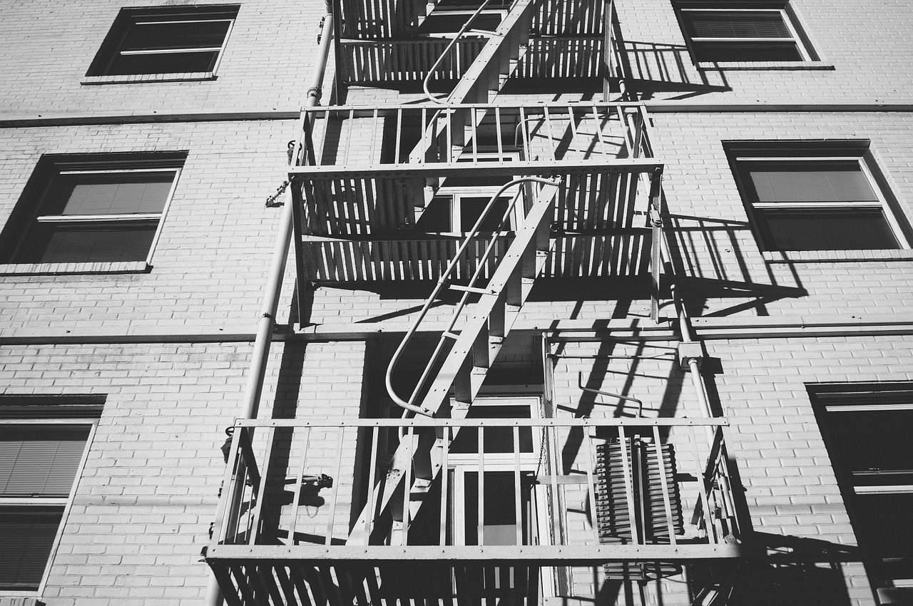 『非常階段』|世にも奇妙な都市伝説【短編・オカルト・怖い話】