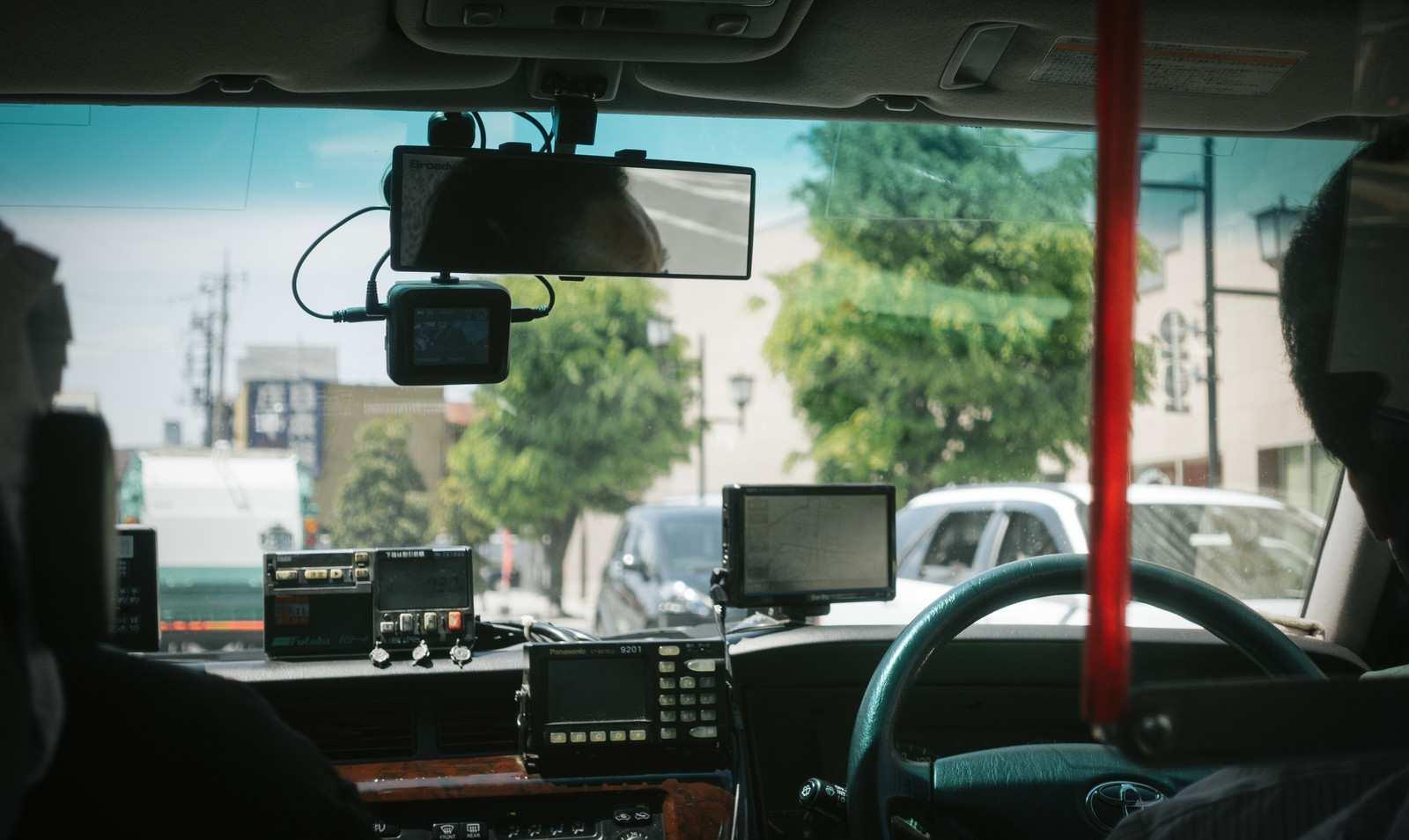 タクシーの怖い話『山奥にある空港』|厳選・怖い話名作まとめ