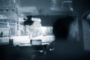 タクシーの怖い話『運転手の会話がおかしい』|厳選・怖い話名作まとめ