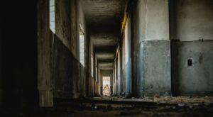 廃墟にまつわる怖い話 - 全9話『廃墟の館』『廃墟のホームレス』『白いビル』など